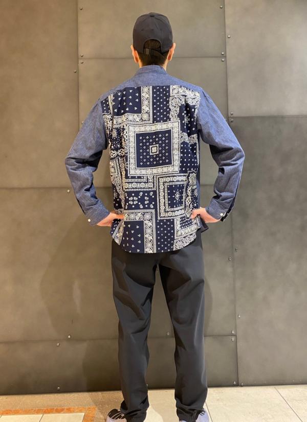 背中に注目!バンダナ柄コンビネーションシャツ